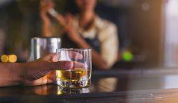 ¿Bebes para disimular tu timidez?