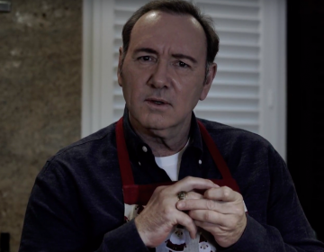"Kevin Spacey reaparece en video estilo ""House of Cards"" a un año de las acusaciones de agresión sexual"