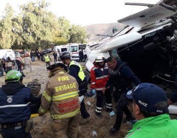 Confirman la muerte de dos menores en volcadura de autobús