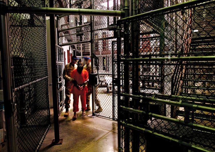 Los métodos de tortura contra presos, prohibidos por Obama, persisten una década después