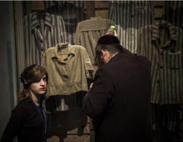 """Colocan letrero con las palabras """"Fake News"""" y """"MAGA"""" afuera del Museo del Holocausto en Texas"""