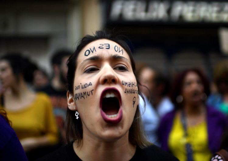 """Corte española confirma condena de 9 años para """"La Manada"""" por abuso sexual"""