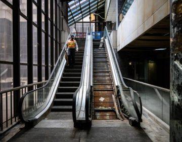 Mujer sufre accidente en escalera eléctrica; jurado determina que se le den 3 millones de dólares