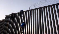 Agentes fronterizos detienen a migrante de la caravana mientras iniciaba…