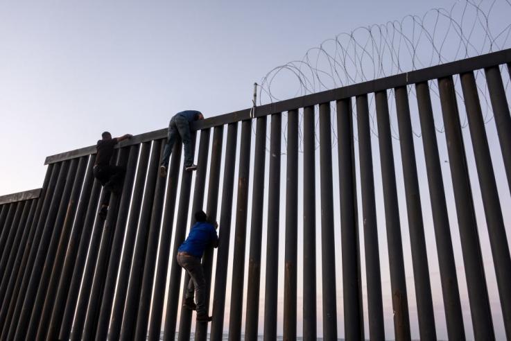 Agentes fronterizos detienen a migrante de la caravana mientras iniciaba su labor de parto