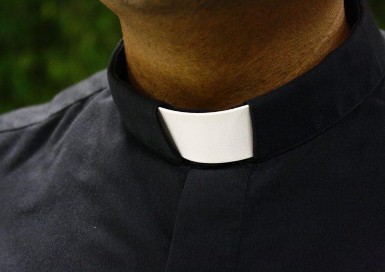 Detienen a sacerdote por abusar sexualmente de un menor de edad