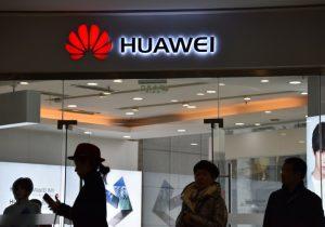 Huawei sanciona a dos empleados por haber tuiteado la felicitación de Año Nuevo con un iPhone
