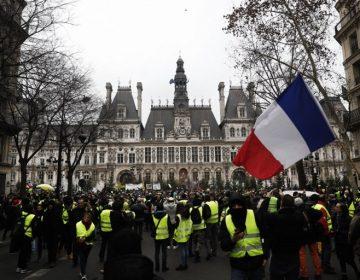 """Continúan las manifestaciones de chalecos amarillos en Francia; Macron denuncia """"violencia extrema"""""""
