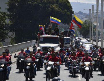 "Grupos chavistas prometen defender con ""fusil en mano"" a Maduro"