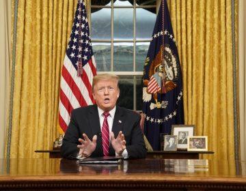 """Se vive una """"crisis humanitaria"""" en la frontera, asegura Trump; insiste en construcción del muro con México"""