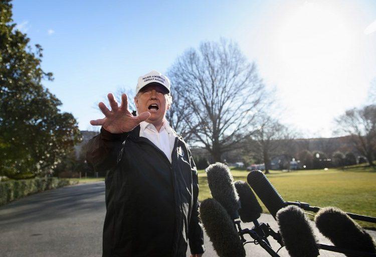 """Trump critica al FBI; dice que lo """"atacan"""" sin pruebas"""