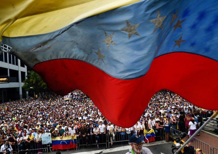 Venezuela con dos presidentes: Militares respaldan a Maduro ante apoyo internacional a Guaidó