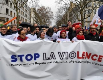 """Pañuelos rojos contra chalecos amarillos: Miles se manifiestan en París contra la violencia y para """"defender la democracia"""""""