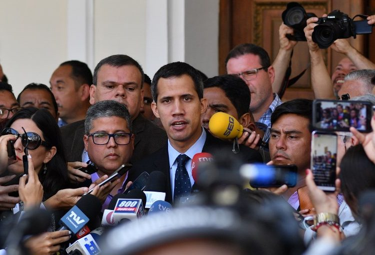 "Fiscal prohíbe a Guaidó salir de Venezuela; inician investigación en su contra por ""delitos graves"""