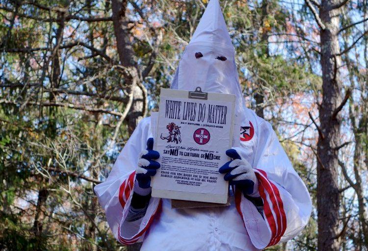 Túnica y capucha del Ku Klux Klan alcanzan los 3,000 dólares en una subasta de EU