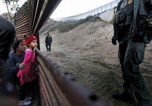 Los ojos en la caravana migrante: un muro, gases lacrimógenos y separación de familias