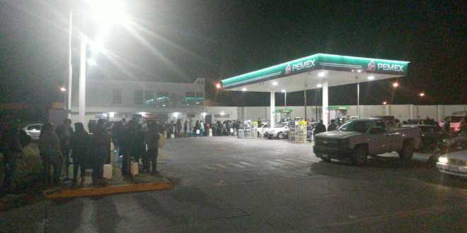 Pachuqueños pasan la noche esperando gasolina