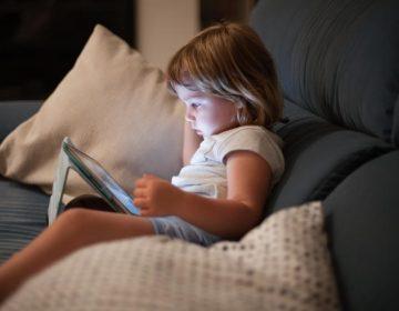 ¿Por qué pasar mucho tiempo frente a pantallas podría afectar el desarrollo y las habilidades de los niños?