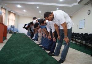 Filtran fotografías de candidato presidencial salvadoreño rezando en una mezquita