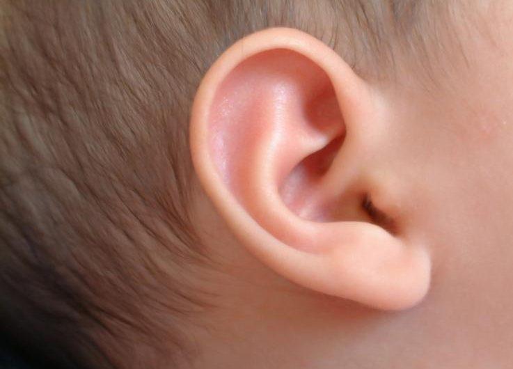 bebe-sorda-escucha-hermana