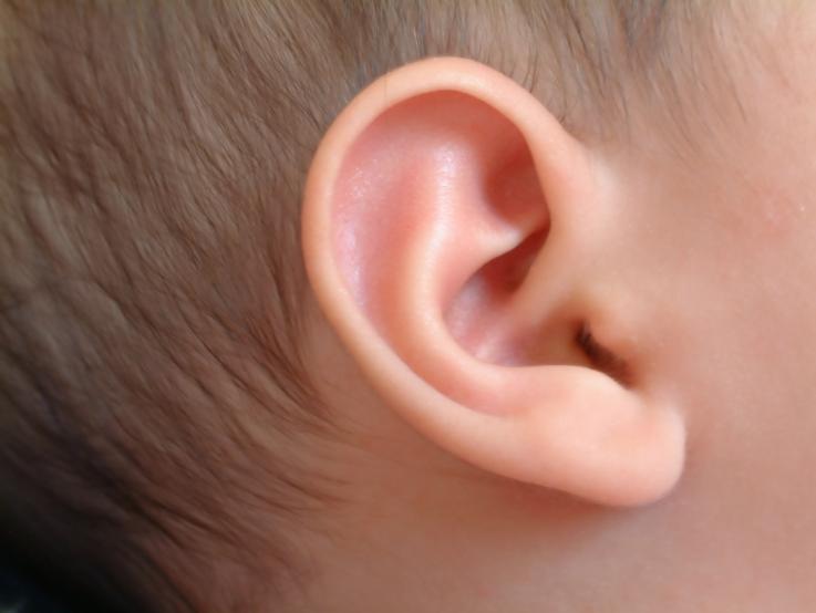 Bebé reacciona a carcajadas al escuchar por primera vez