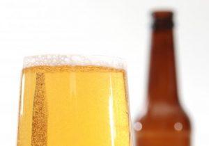 Médicos salvan a un hombre al administrar 15 latas de cerveza a su cuerpo