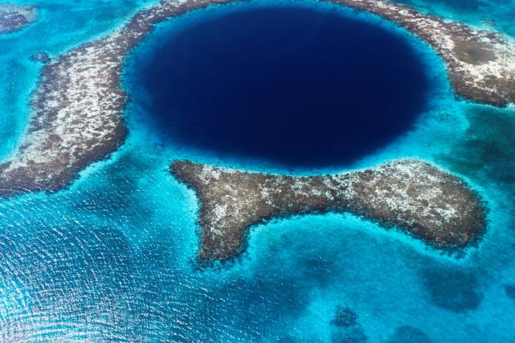 El Gran Agujero Azul, la fosa oceánica más grande del mundo, tiene plástico en el fondo