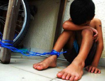 Policías auxilian a niña que era encadenada por su madre en San Pedro