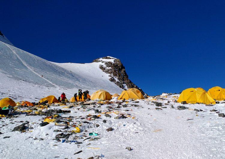 China cierra acceso a campamento al Everest para limpiar los desperdicios de turistas