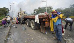 Maduro rompe relación con Colombia y sus simpatizantes queman 2…