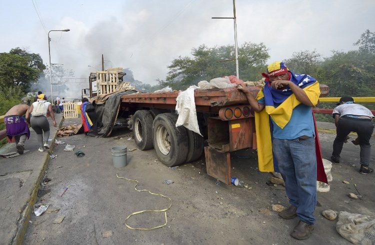 Maduro rompe relación con Colombia y sus simpatizantes queman 2 camiones con ayuda humanitaria