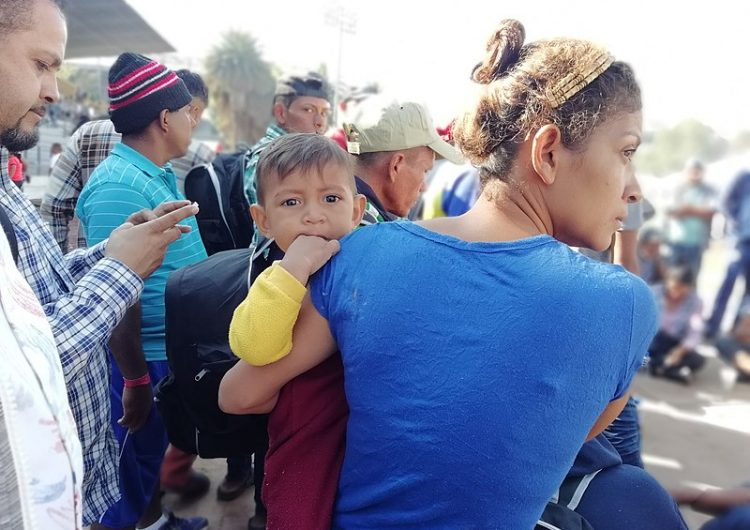 Migrantes centroamericanos salen del Estadio Corregidora rumbo a Tijuana