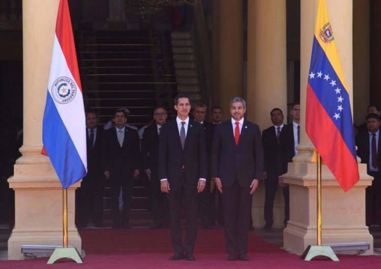 Guaidó fue recibido con honores en Paraguay y viajará a Argentina; podría ser arrestado al volver a Venezuela