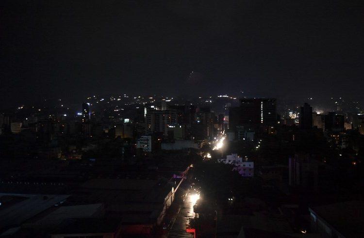 """Apagón deja a oscuras a casi toda Venezuela; gobierno acusa """"sabotaje criminal"""""""
