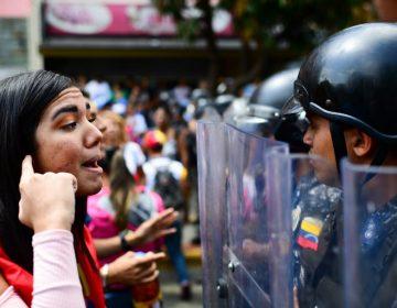Salen a marchar a favor y en contra de Maduro entre caos por apagón masivo en Venezuela