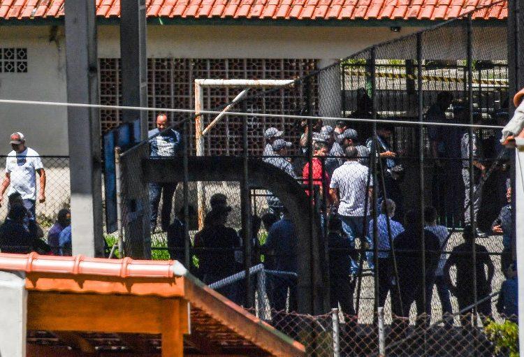 Dos jóvenes atacan a tiros escuela en Sao Paulo; hay 10 muertos, entre ellos 5 menores