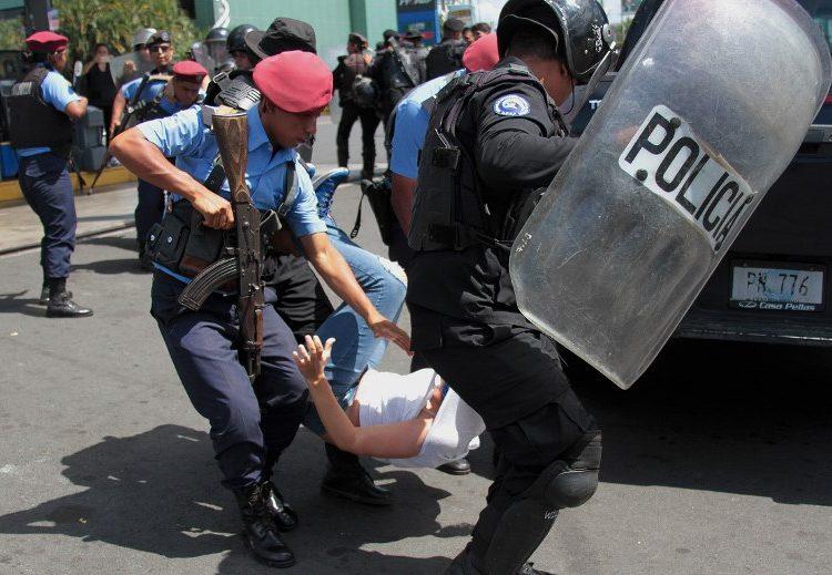 Policía de Nicaragua reprime y arresta a más de un centenar que marchaba en contra de Ortega