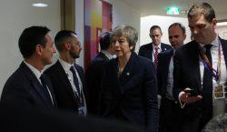 La UE le da tiempo a May para negociar con…
