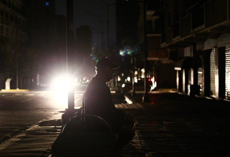 """Tercer día de apagón en Venezuela: Guaidó convoca a protestas para no """"acostumbrarse"""" a la falta de servicios"""