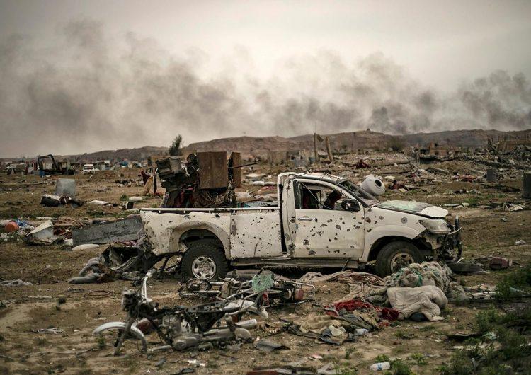 En fotos: La búsqueda de explosivos y combatientes ocultos en el último baluarte del Estado Islámico