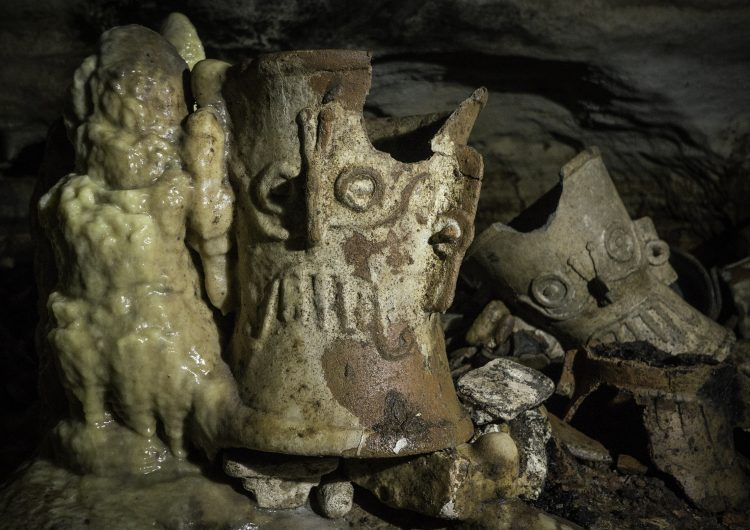 Descubren cientos de objetos en la cueva sagrada Balamkú, inalterada desde hace más de mil años