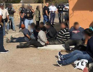 Arrestan a 54 personas en Texas que vivían en una casa de manera ilegal