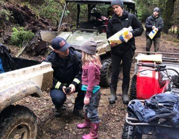 Dos niñas perdidas en un bosque sobreviven 44 horas con el agua de hojas y acurrucadas en un arbusto