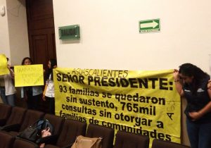 Se manifiestan trabajadores despedidos de Prospera en Congreso Estatal