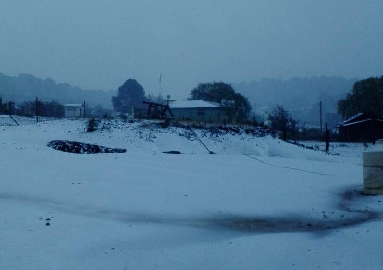 Cierran tramos carreteros en la Sierra por intensa nevada