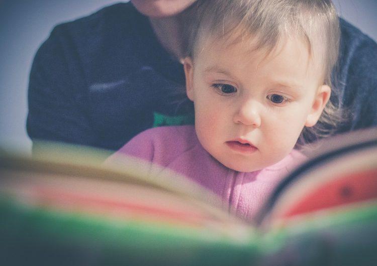 Libro de papel vs. tablet: ¿Cuál ayuda más a que los padres y sus bebés interactúen?