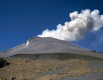 Jóvenes suben al Popocatépetl, pasando por alto la advertencia