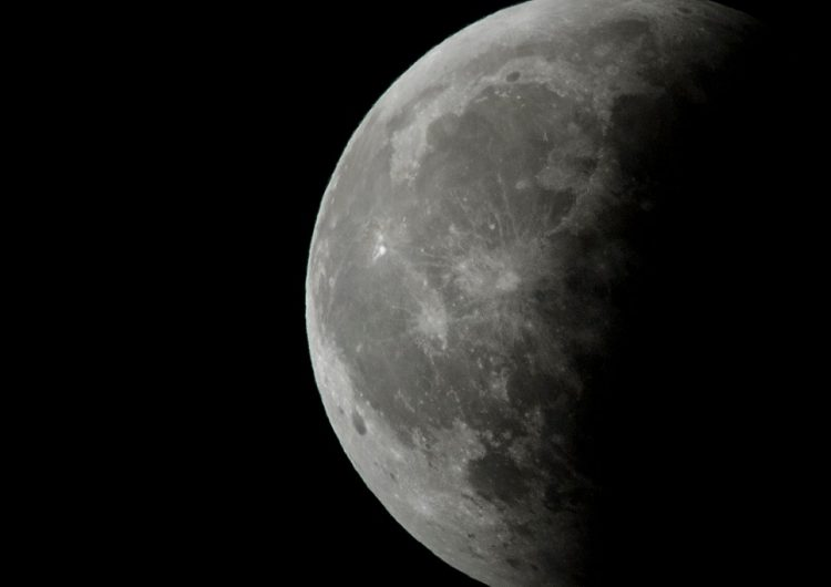 Por qué la Luna se aleja de la Tierra