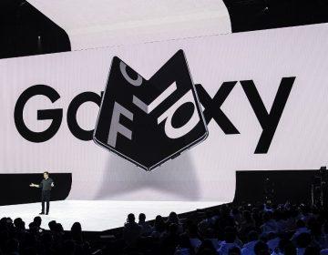 """Le falla el """"doblez"""" a Samsung: su nuevo teléfono plegable se rompe; pospone su lanzamiento"""
