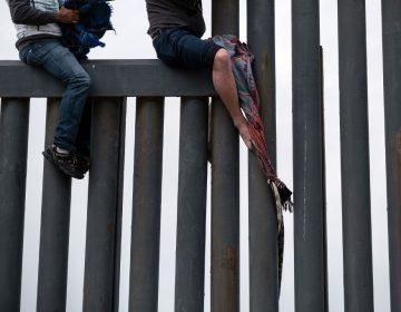 Juez de EU bloquea orden de Trump para devolver a migrantes a México hasta que regularicen su situación